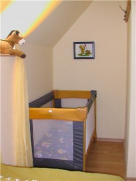 Babyecke im Schlafzimmer der Maisonette-Wohnung auf Haflinger-Ferienhof Hamburg