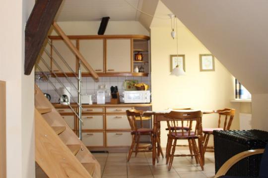Blick auf die Küche in der Maisonette-Wohnung auf Haflinger-Ferienhof Hamburg