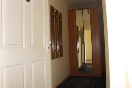 Eingangsflur m. Kleiderschrank in der Maisonette-Wohnung auf Haflinger-Ferienhof Hamburg