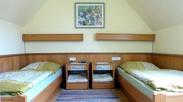 Schlafraum der Maisonette-Wohnung auf Haflinger-Ferienhof Hamburg