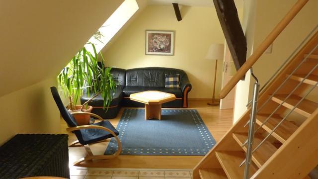 Blick aufs Wohnzimmer der Maisonette-Wohnung auf Haflinger-Ferienhof Hamburg